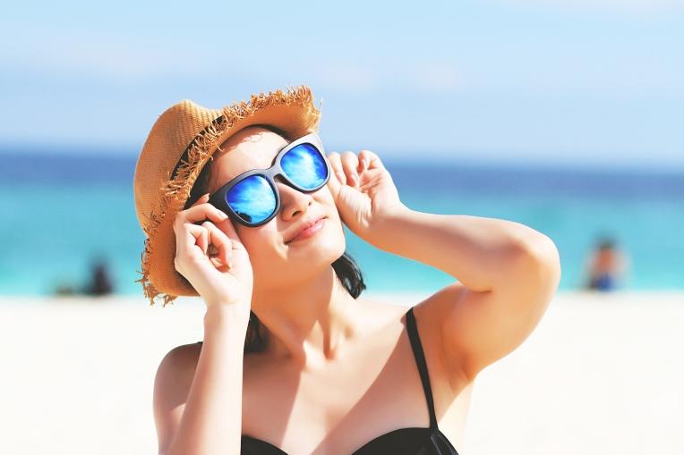 Woman-with-sunglasses-in-bikini,-Sunglasses-reflects-the-sun.-599990596_2500x1667.jpeg